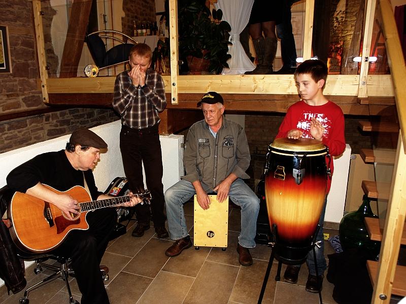 Gary White (guitar), Fried-Jürgen Bachl (harps), Wilhelm Heim (drums) und ein Nachwuchstrommler beim ersten Scheunen-Gig im LebeGut-Haus.