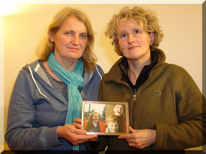Andrea Hainz und Imke Wrage schreiben einen Weihnachtsbrief an Johannes-Simon und Falk-Gerrit Wenzler, Söhne von Heiderose Manthey, die während Ihrer Ehe den Namen Heiderose Manthey-Wenzler trug.