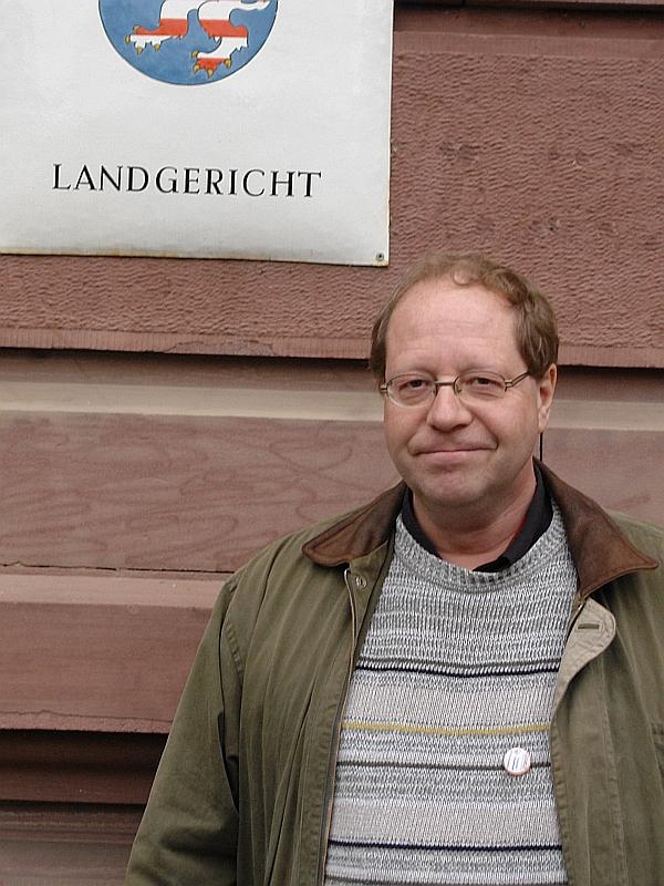 Herr Dipl. Soz. Päd. Klaus-Uwe Kirchhoff erlebte Heiderose Manthey bei Gerichtsprozessen, Vorträgen, Reden in ganz Deutschland im Einsatz für ihre Kinder und Kinder und Erwachsene, gegen die verstoßen wird.
