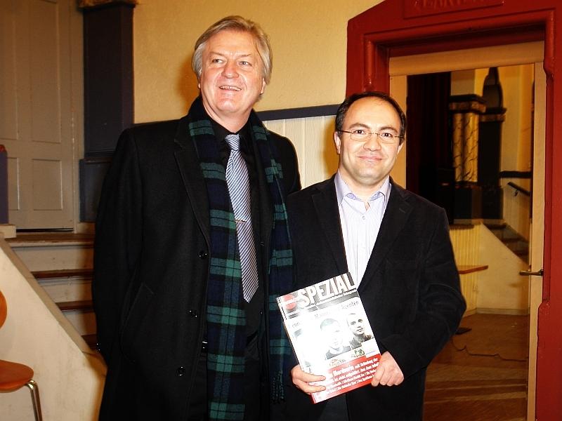 Von Sahin Sinan, Organisator des  Atatürk-Vereins, zum Vortrag über Neo-Nazis, V-Männer und Agenten nach Karlsruhe eingeladen war der Herausgeber des Polit-Magazins Compact, Jürgen Elsässer.
