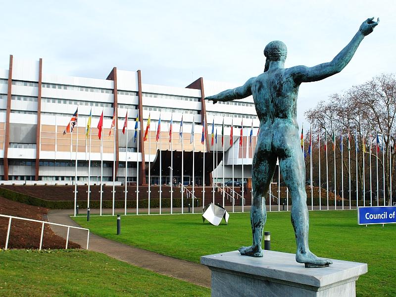 """Godfrey Bloom vor dem Europäischen Parlament in Straßburg: """" ... Wenn die Leute Eure Nummer herausfinden, wird es nicht mehr lange dauern, bis sie diesen Saal stürmen und euch aufhängen werden. Und sie werden im Recht sein!"""""""