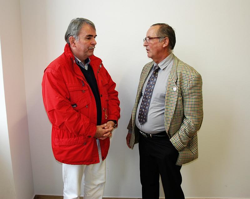 Der Autor, Arne Fellner, im Gespräch mit Gustl Mollath während einer Verhandlungspause im Gießener Landgericht