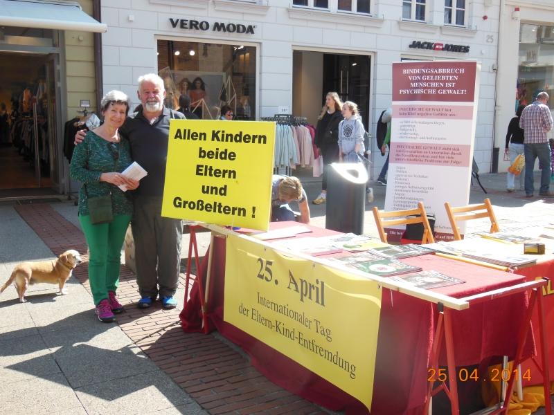 Besuch aus Dietlingen im hohen Norden. Das Ehepaar Cornelia und Korbinian Lettmaier am Infostand der Entsorgten Eltern und Großeltern.