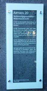 Hängt in den Arkaden der Grundrechte: Artikel 20. Recht auf Widerstand.