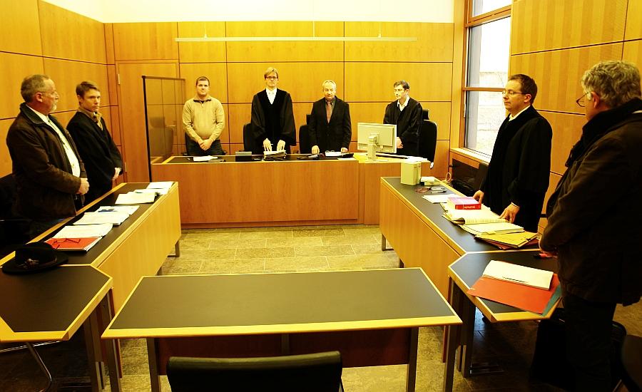 Vor Prozessbeginn. Im Saal 2 des Landgerichtes in Darmstadt, ganz links der Angeklagte Arne Fellner, rechts außen der Sachverständige.  Foto: Heiderose Manthey
