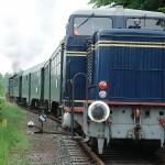 Zug mit zwei Loks.