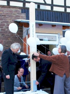 Waldbronn-Reichenbach. Sabine und Werner Temming erstellen den Friedenspfahl bei der Eröffnung ihres LebeGut-Hauses.