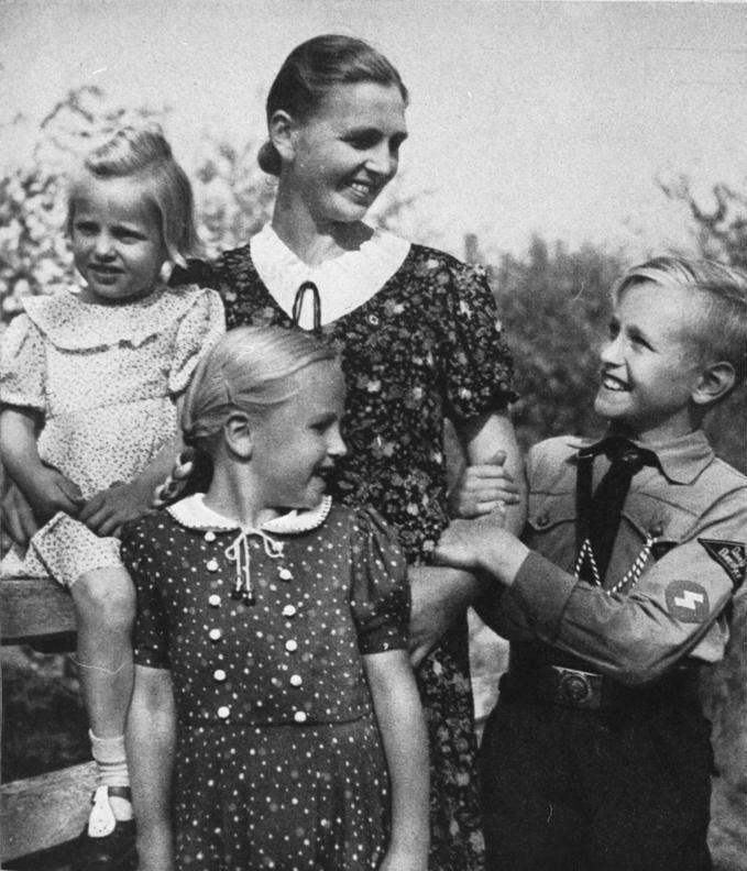 Die Ideologie der NaziZeit: Mutter mit zwei Mädchen und einem Jungen in HJ-Uniform, aus: SS-Leitheft 9/2 Februar 1943 Quelle: Wikipedia PD
