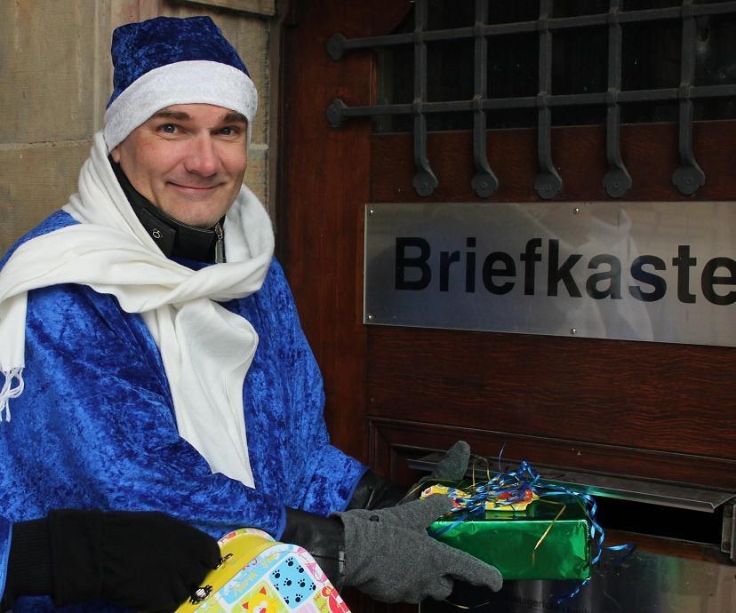 Im Dezember 2013 noch aktiv gegen Eltern-Kind-Entfremdung. Blauer Weihnachtsmann. Dr. Roland Rehmet bei der Aktion 'Geschenke, die nicht ankommen. Annahme verweigert!', um zu demonhstrieren, dass entfremdete Kinder sogar die Geschenke ablehnen, nicht nur den Kontakt zum liebenden Elternteil.