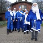 Kameraden bei der Trauerfeier. Blaue Weihnachtsmänner von Hamburg. Foto © RÜGA