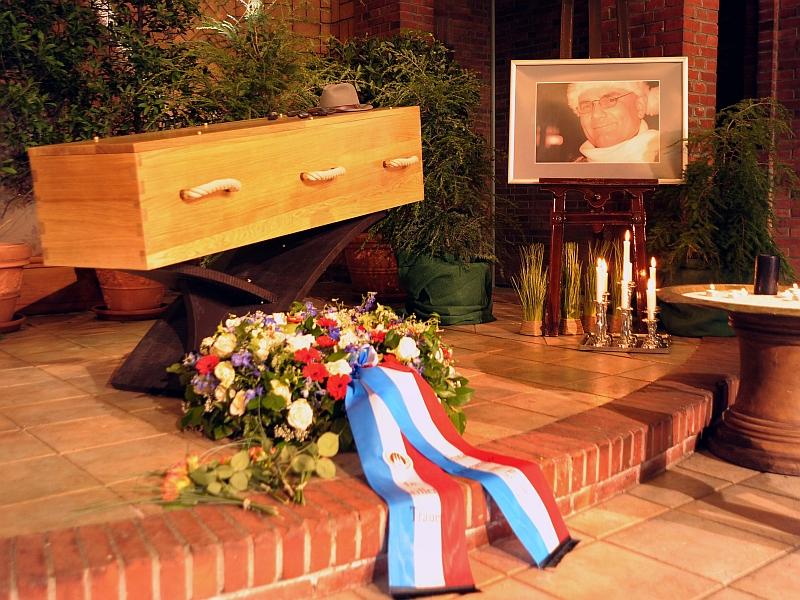 Aufgebahrt. Dr. Roland Rehmet. Trauerfeier des Vorkämpfers gegen Eltern-Kind-Entfremdung. Foto © RÜGA