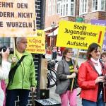 Lüneburg. Schnappschuss. Heiderose Manthey macht (sich) ein Bild von der Vorkämpferin für Geschlechterdemokratie, Monika Ebeling.      Foto: Martin Ostendorf.