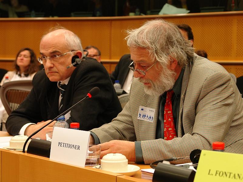 Thomas Porombka, rechts neben Prof. Dr. Aris Christidis sitzend, entschuldigt sich als Deutscher für das, was auch den ausländischen Eltern von Seiten der Jugendämter und Familiengerichte angetan wird. Lösung: Vertragsrechtsverfahren gegen Deutschland einleiten.