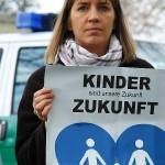 ARCHE-Foto Keltern-Weiler Hann. Münden Demonstration vor dem Jugendamt Enkel von Andrea Jacob aus der Familie entrissen_01