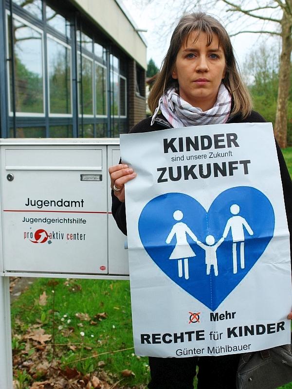Exekutive Jugendamt. Alle drei Kinder weggeraubt. Demonstriert vor dem Jugendamt Hann.Münden. Die Mutter. Jugendämter und die  schwerwiegenden Folgen ihrer Entscheidungen.