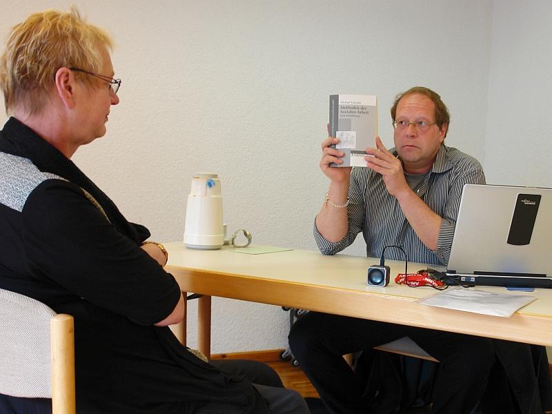 Kommunikationstraining im Rollenspiel. Eine jugendamtsgeschädigte Großmutter und Dipl. Soz. Päd. Klaus-Uwe Kirchhoff hier in der Rolle eines Jugendamtsmitarbeiters.