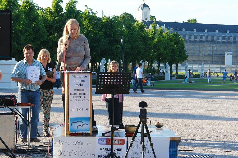 Karlsruhe. Platz der Grundrechte. Heiderose Manthey hielt die Auftaktsrede der Friedensproklamation in Karlsruhe am vergangenen Montag