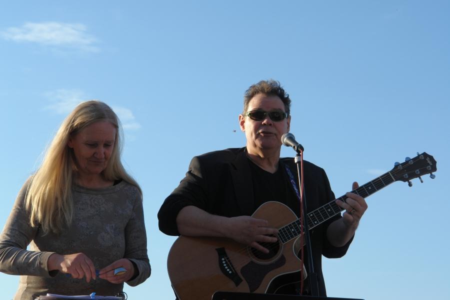 Gary White. Singt einen eigen komponierten Friedenssong.