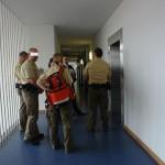 Amtsgericht München. 8. Stock. Der Richter und ein Teil der Polizeieskorte. Wovor hat die Justiz Angst ?