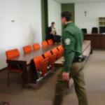 Selbst nach der Verhandlung noch 3 Polizisten im Raum. Vor der Tür noch mehr Polizeiaufkommen. Unter scharfer Bewachung. Werden in Deutschland Väter kriminalisiert, die um ihre Kinder kämpfen ?