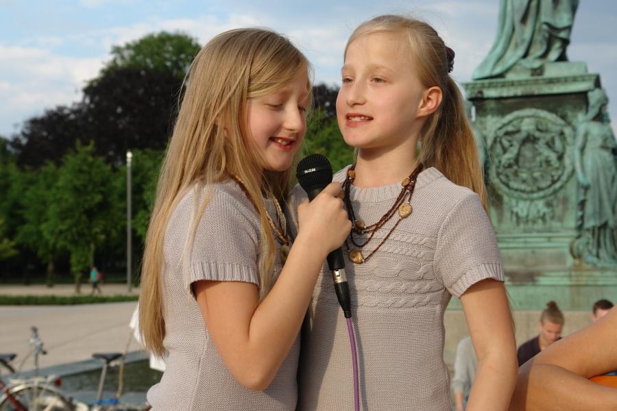 """Singen für den Frieden. Die Zwillinge Laura und Leyla. """"WIR SIND EINS!"""""""