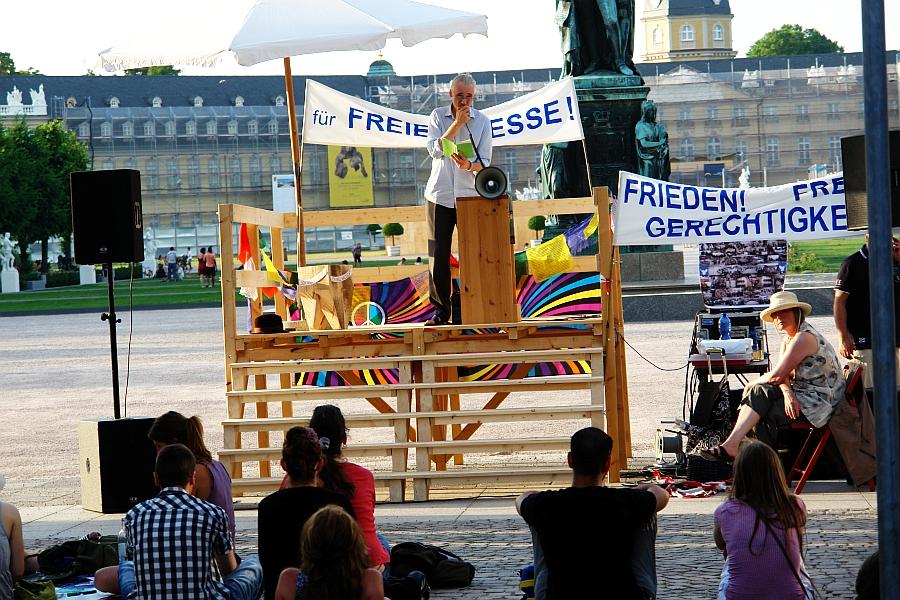 Lyriker Christoph Köhler. Begeistert vom Fluidum der Straßen-Akademie. Kaum erdacht – schon Wirklichkeit ! Foto: Heiderose Manthey