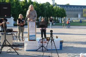 """Eröffnet die KARLSRUHER FRIEDENS-PROKLAMATIONEN mit ihrer Auftaktrede """"Menschen können mehr"""". Heiderose Manthey."""
