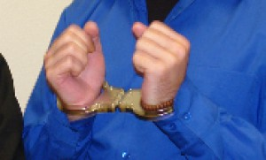 Abgeführt in Handschellen. Sohn vom Vater gewaltsam getrennt und vollkommen isoliert von Bezugspersonen ins Heim gesteckt.