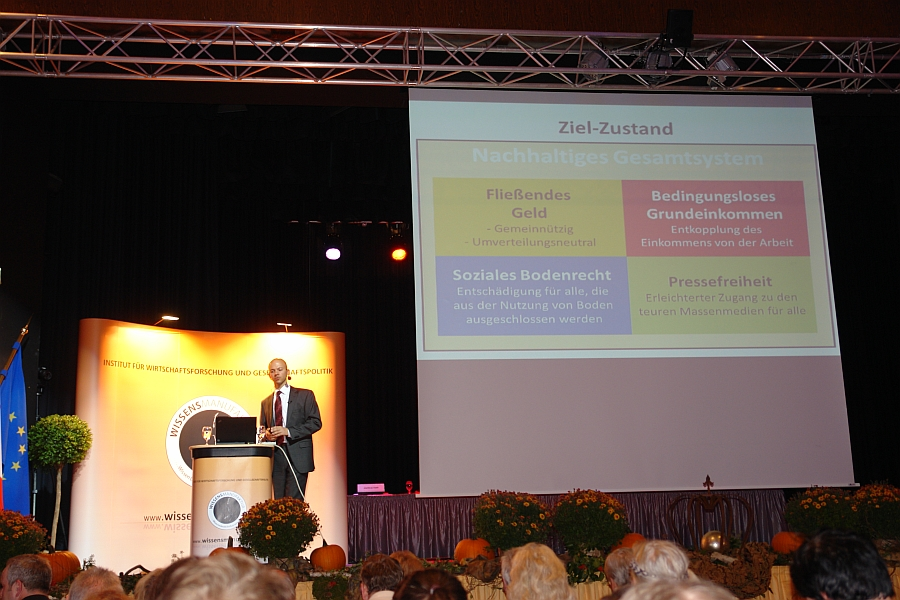 Rico Albrecht spricht auf dem Symposium der Wissensmanufaktur in Walsrode zum verzinsten Geldsystem. und weist für die Zukunft einen konkreten Zielzustand auf.  Foto: Heiderose Manthey