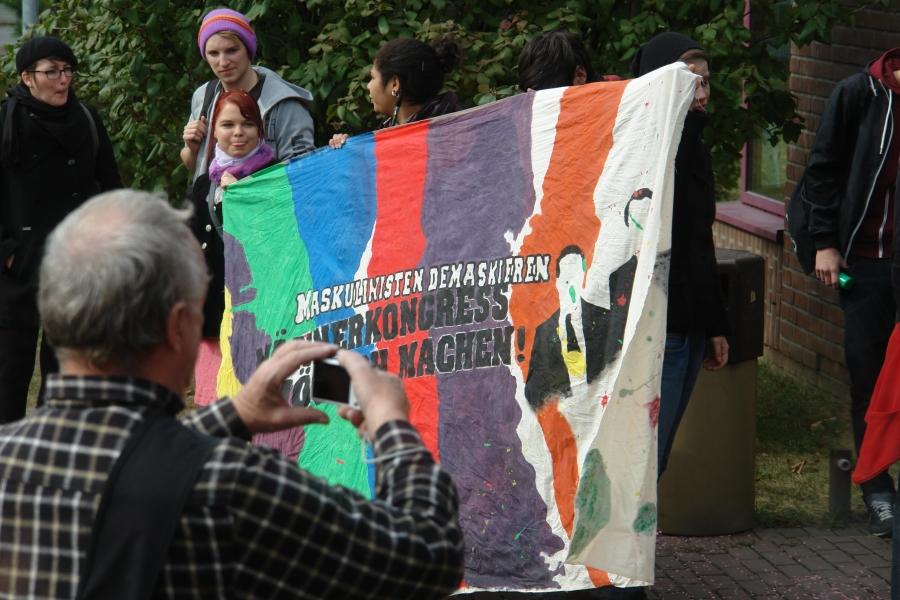 Protest vor dem Eingang zum Kongress auf dem Uni-Gelände. Uni. Aktivisten und Aktivistinnen gingen gegen den Männerkongress an. Mit herausgestreckten Zungen wollten sie Maskulinisten demaskieren.