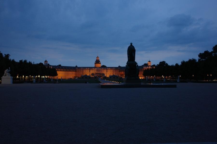 Blick vom Platz der Grundrechte auf das Schloss. KARLSRUHER FRIEDENS-PROKLAMATIONEN. Heute die 11.