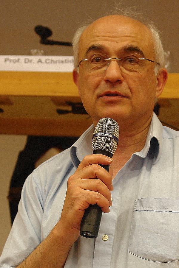 Prof. Dr. Aris Christidis. Er gründet im Jahre 2009 die Gießener Akademische Gesellschaft mit dem Ziel, akademische Aktivitäten zu entfalten, die nur dem Menschen und der Wissenschaft dienen.