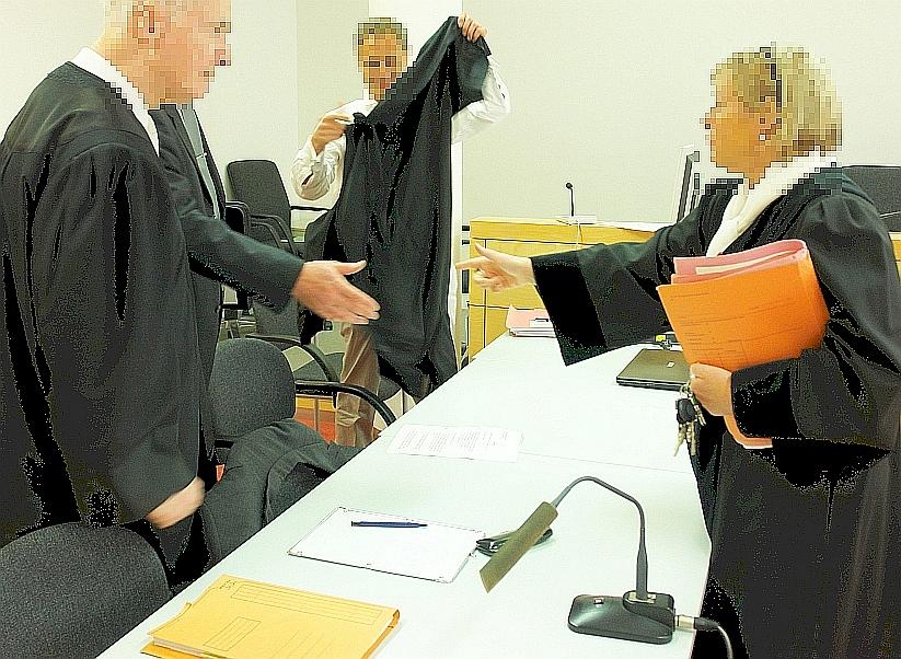 Produzieren hohe Wellen. Ob das mit Recht und Gerechtigkeit etwas zu tun hat, ist anzuzweifeln. Zur Unrechtsprechung verurteilt:  Angeklagte, Verteidiger, Kläger, Staatsanwälte, Richter. Alle in einem Boot.