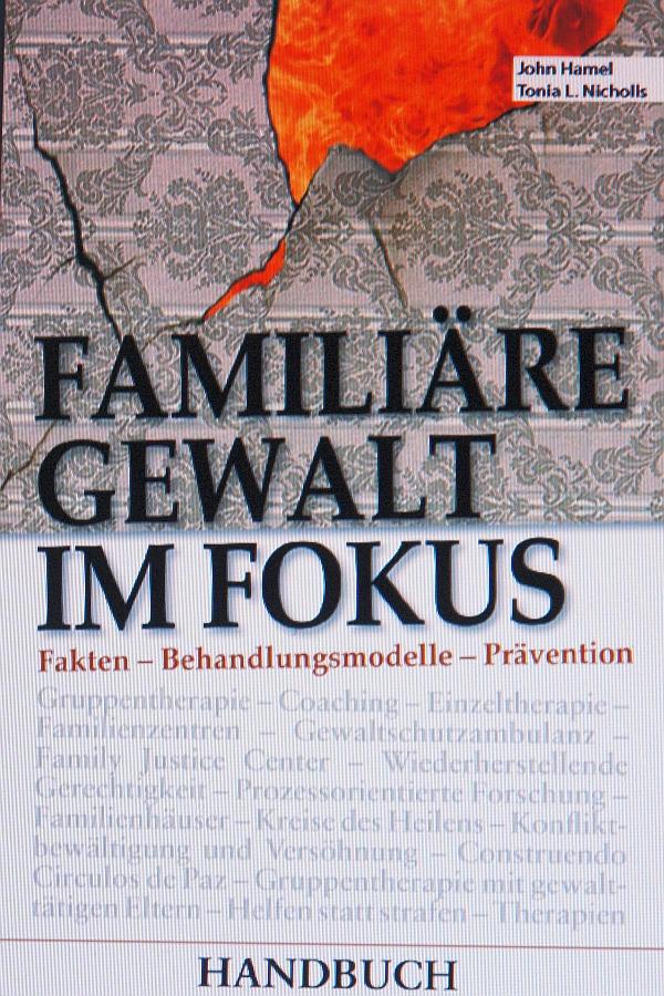 Familiäre Gewalt im Fokus. Richtet sich besonders an Professionen wie Erzieher, Lehrer, Richter.