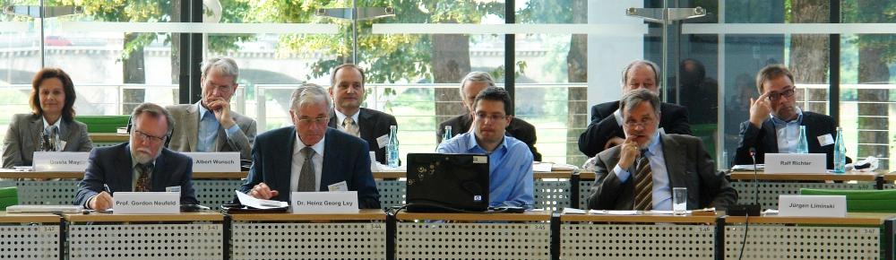 "Podium der Fachtagung ""Bindung - Bildung - Gewaltprävention. Dresden. Moderator: Jürgen Liminski."
