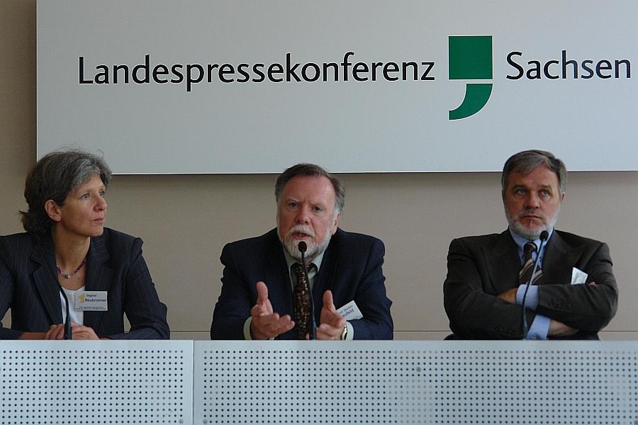 "Gordon Neufeld. Pressekonferenz Sächsischer Landtag. Symposium 2012 ""Bindung Bildung Gewaltprävention"". Links: Dagmar Neubronner. Rechts: Jürgen Liminski."