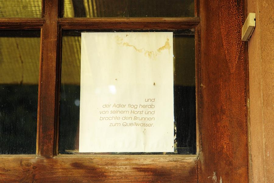 ... hängt in der Tür des Hellblauen Häuschens. Schon lange !