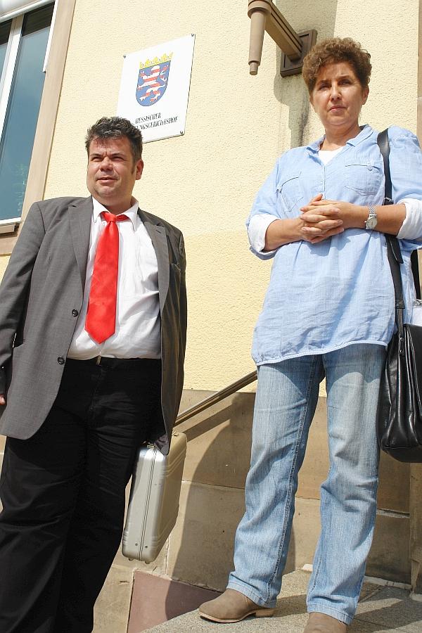 Rechtsanwalt Thomas Saschenbrecker und Psychologin Andrea Jacob. Vor dem Hessischen Verwaltungsgerichtshof.