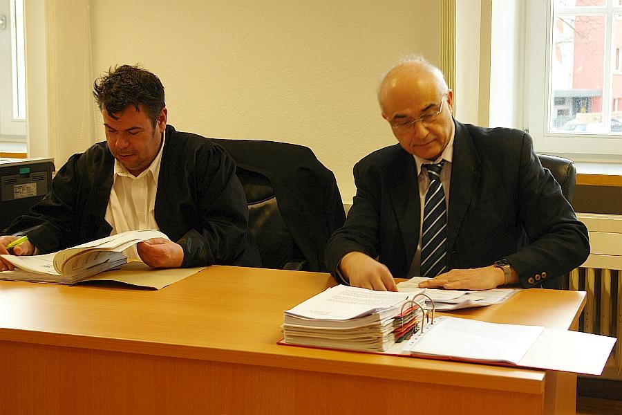 Vor dem Landgericht in Gießen. Rechtsanwalt Thomas Saschenbrecker. Und Prof. Dr. Aris Christdis (rechts). Kampf gegen kriminellen Kindesmissbrauch.