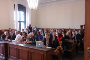Gerichtssaal zu Beginn des Prozesses. Weitere Zuhörer folgten.