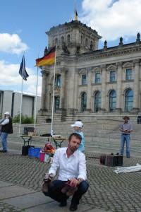Vater Daniel G. Zwei Jahre Haft auf Bewährung. Hier in Berlin am 1. Internationalen Vatertag. Die Schuhe seiner Tochter hält er in seinen Händen.