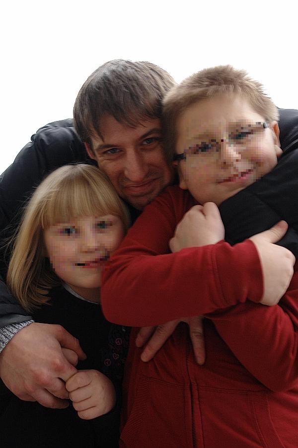 Glücklich miteinander nach der Entscheidung des Gerichtsvollziehers. Der Vater und seine beiden Kinder.