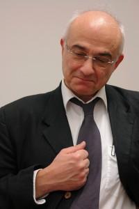 Prof. Dr. Aris Christidis. Er soll nicht um seine Reputation kämpfen ! Was aber fangen Kinder mit einem denunzierten und daran zerbrochenen Vater an ?
