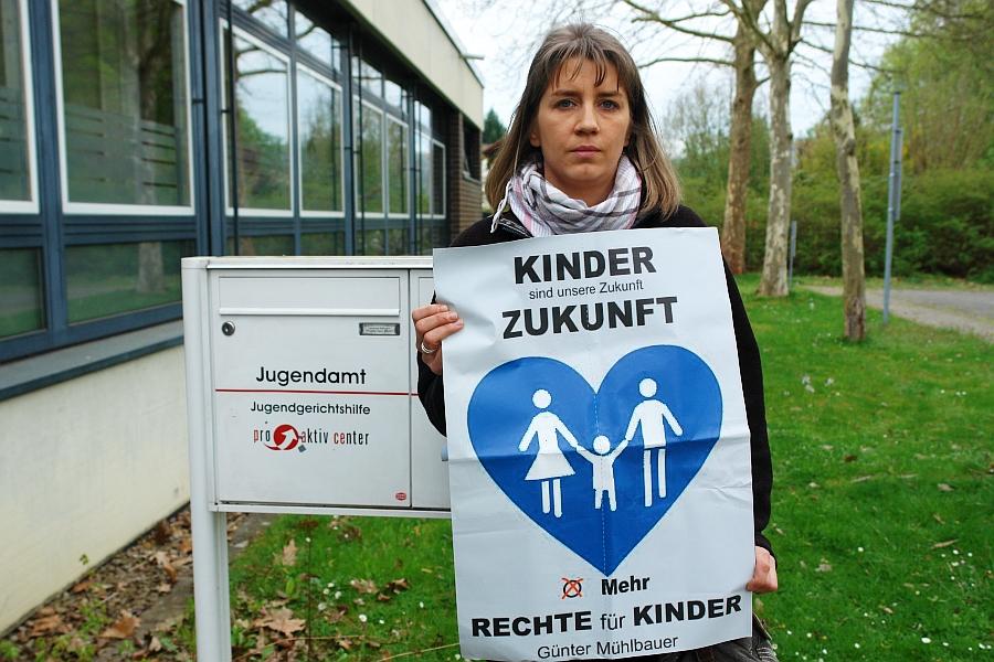 "Exekutive Jugendamt. ""Alle drei Kinder weggeraubt."", sagt Diana Elsner."
