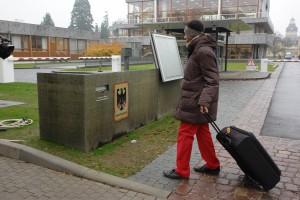 Die diensthabenden Polizisten wussten nichts von dem Koffer, den Dr. David Schneider-Addae-Mensah bei sich hatte. Foto für die Presse nachgestellt im direkten Anschluss an den Prozess.