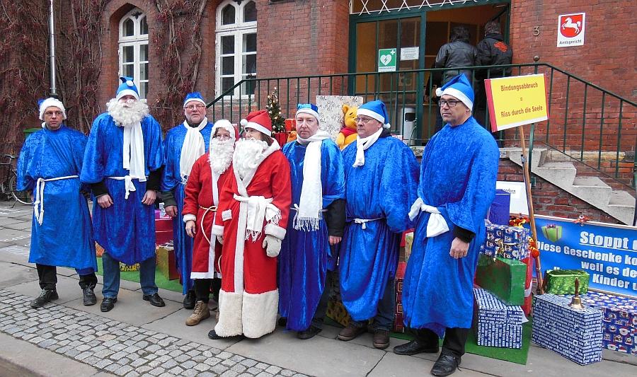 Blaue Weihnachtsmänner. Protestaktion in Lüneburg.