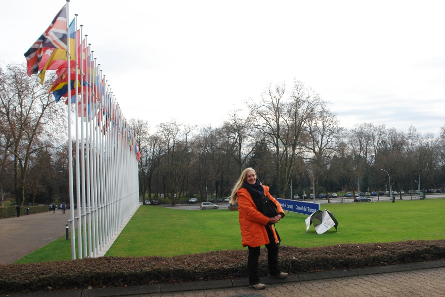 Straßburg vor dem Europäischen Parlament. Die Leiterin der ARCHE. Auf der Suche nach ihren Söhnen. Sie hilft vielen durch Kindesraub und Eltern-Kind-Entfremdung Betroffenen Elternteilen.