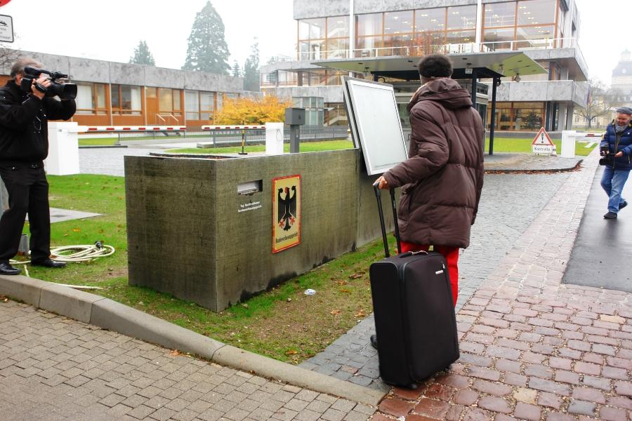 Bundesverfassungsgericht Karlsruhe. Für die Öffentlichkeit gibt es kein Gesprächsprotokoll über die konkreten Gründe, warum der EGMR Karlsruhe besuchte.