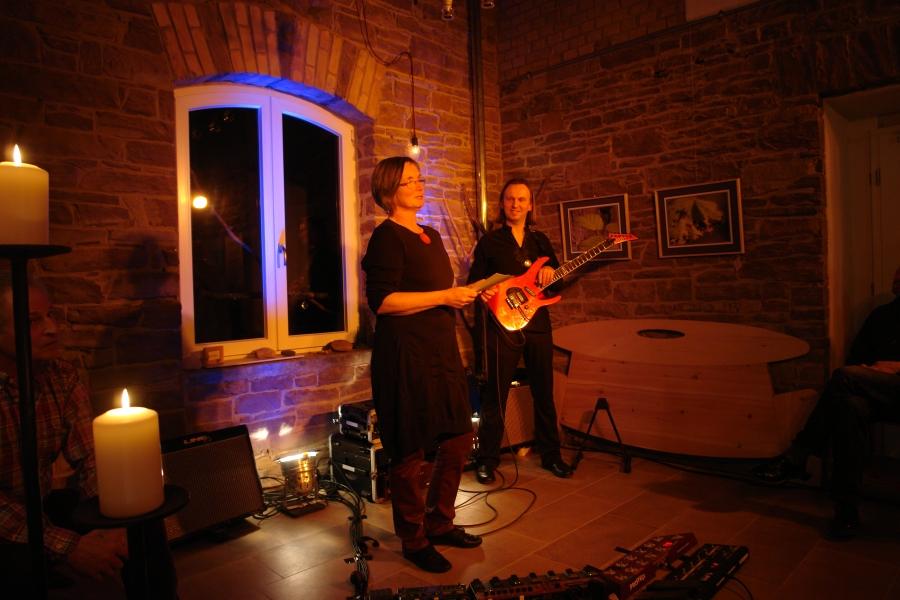 Sabine Temming begrüßt Gitarrist Marcus Breiteneder zum 2. Konzert im LebeGut-Haus in Waldbronn-Reichenbach.