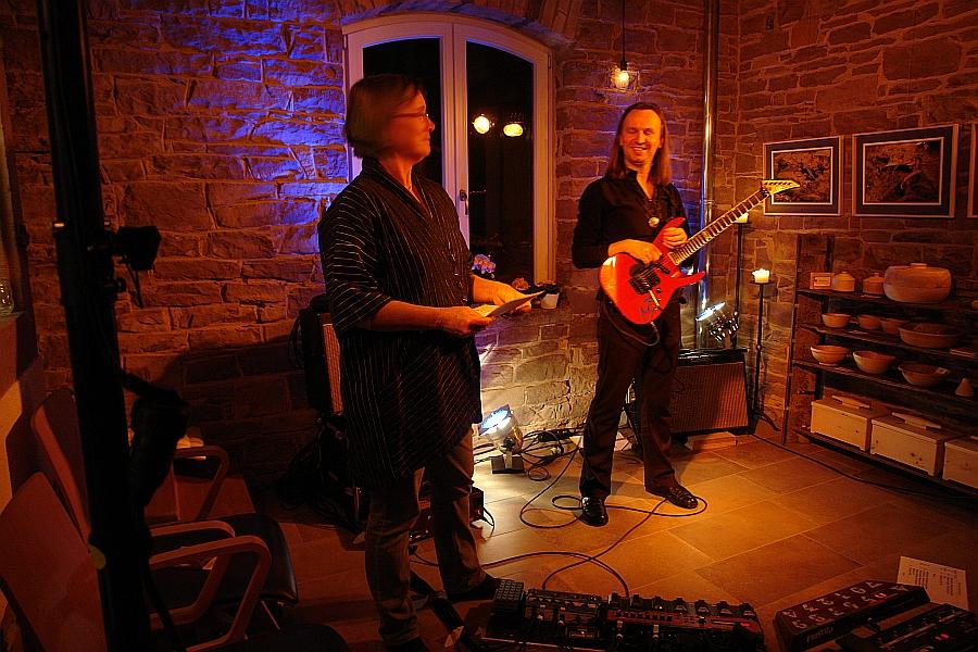 Sabine Temming begrüßt den Gitarristen Marcus Breiteneder zu seinem dritten Waldbronner Konzert im LebeGut-Haus.